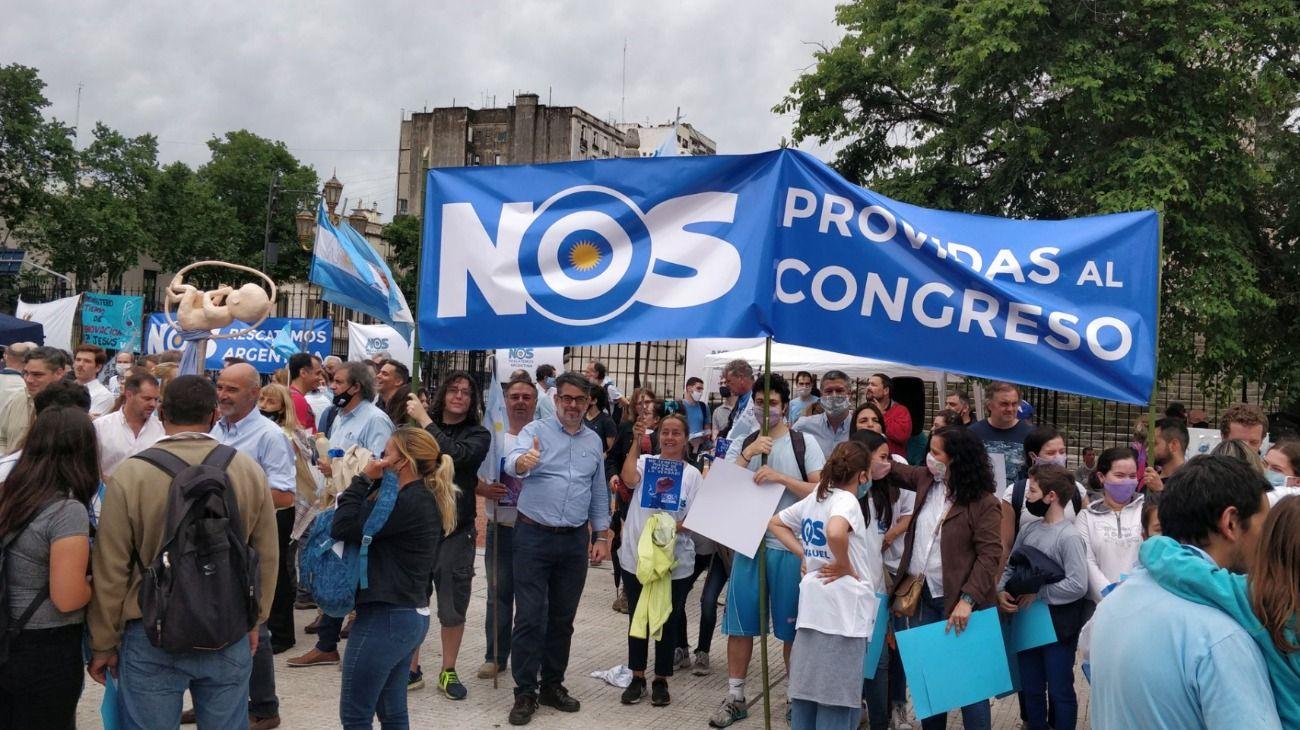 Militantes anti-aborto protestan frente al Congreso por el proyecto de ley que impulsa el Gobierno.