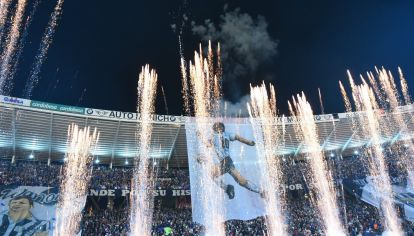 Telón de fondo. El estadio mundialista cordobés se vistió de gala en la última visita de Maradona.
