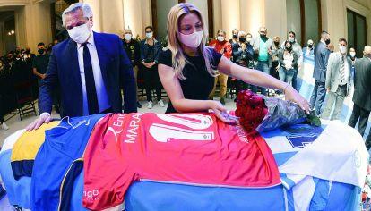 En Casa Rosada. El Presidente y la primera dama despiden los restos de Maradona.