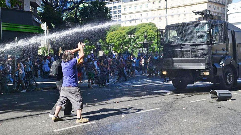 20201129_policia_disturbios_maradona_cuarterolo_g