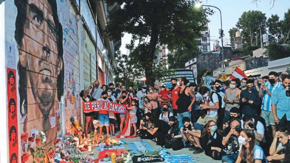 Ofrendas. El estadio de Argentinos Juniors, en La Paternal, fue la primera casa de Maradona en el fútbol. También se convirtió en uno de los primeros altares luego de su muerte.