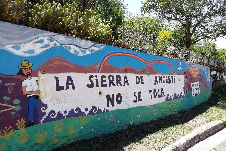 Mural pintado por la Asamblea de Ancasti Por La Vida en Anquincila, Catamarca, en alerta por el cuidado del agua, a raíz del avance de la extracción de litio.