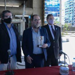 Jorge Coscia con el premio Rosa de Cobre  | Foto:Biblioteca Nacional