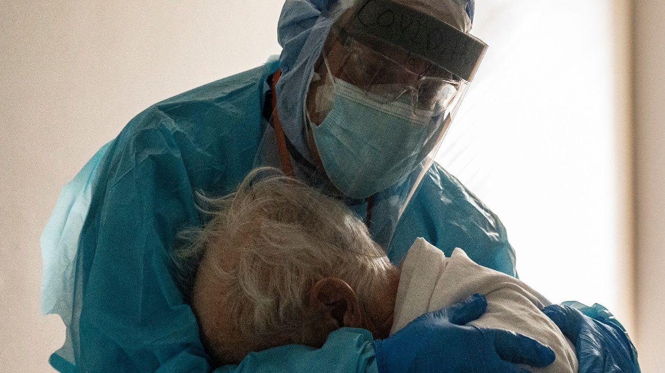 Un médico estadounidense consuela a su paciente durante el Día de Acción De Gracias