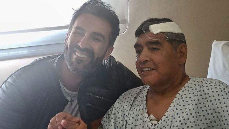 Luque con Maradona luego de la operación