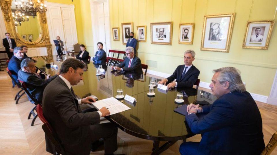 Alberto Fernández junto a los Eurnekián acordaron extender la concesión de Aeropuertos Argentina 2000.