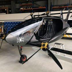 Este avión está equipado con 8 rotores eléctricos, que están montados sobre dos ejes exteriores de fibra de carbono.
