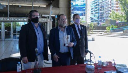 Jorge Coscia con el premio Rosa de Cobre