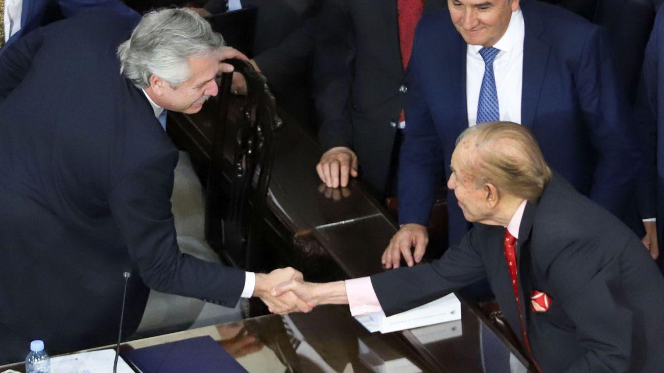 El presidente de la República Argentina, Alberto Fernandez, saluda al ex presidente y senador Carlos Menem luego de inaugurar en el Congreso de la Nación el 138º Período de Sesiones Ordinarias