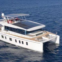 Sus catamaranes son eléctricos y se alimentan de la energía solar que recogen de los enormes paneles solares ubicados sobre la cubierta.