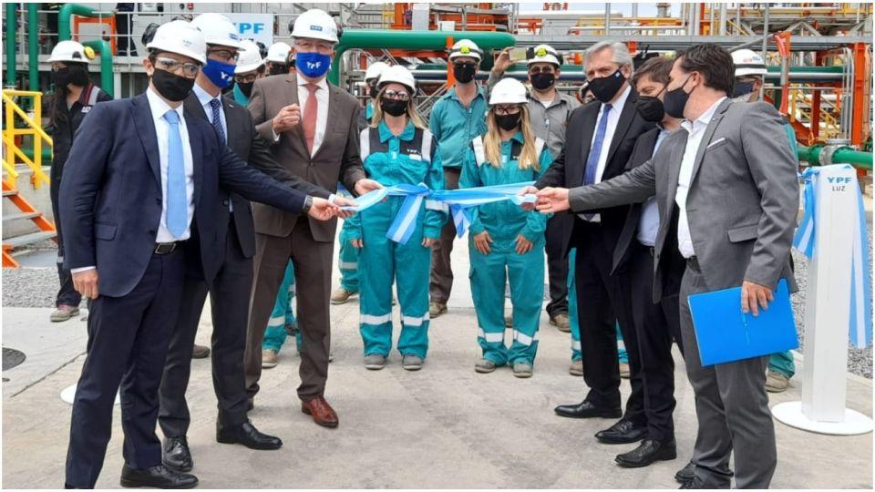Alberto Fernández, Kicillof y funcionarios de YPF en la inauguración de La Plata Cogeneración II (LPC II), una central térmica de generación de energía de la petrolera estatal.