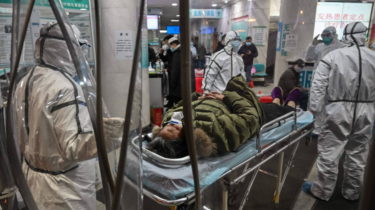 Los primeros casos fueron diagnosticados en Wuhan hace un año, cosa que es negada por China, antes de que la enfermedad se propagara en Asia y luego por el resto del mundo.