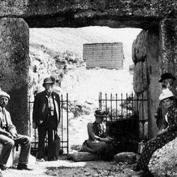 Se trata de un conjunto de 24 enterramientos compuesto por 14 tumbas de pozo (shaft graves), 9 cistas y una tumba de cámara.