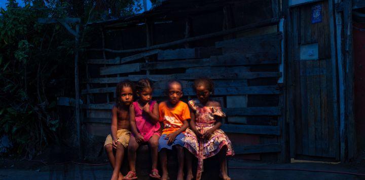 Los niños posan para una foto fuera de su casa en el campamento de ocupantes ilegales Manuel Faustino, cerca de Salvador, Bahía, Brasil. - Casi todos en Manuel Faustino reciben los pagos de ayuda COVID-19 que ahora vencen a fin de año, al igual que más de 67 millones de trabajadores de bajos ingresos en Brasil, casi un tercio de la población.