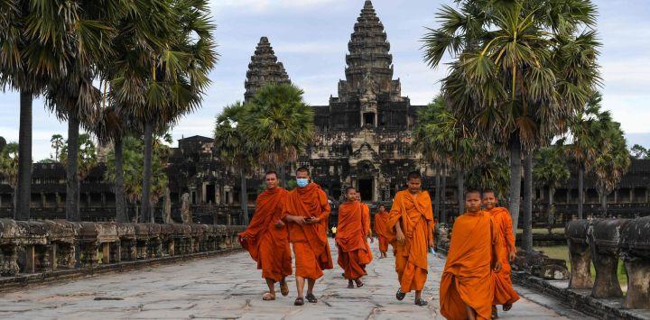 Monjes budistas caminan por el recinto del templo de Angkor Wat en la provincia de Siem Reap.
