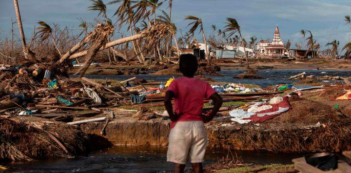 Una mujer observa la destrucción en Haulover, una comunidad a 41 km al sur de Bilwi, en la Región Autónoma del Caribe Norte, Nicaragua, días después del paso del huracán Iota.