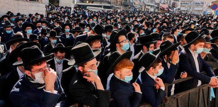 A pesar de la pandemia del coronavirus, miles de hombres judíos ultraortodoxos asisten al funeral del rabino Aharon David Hadash, el líder espiritual de Mir Yeshiva, en el barrio ultraortodoxo de Beit Yisrael en Jerusalén.