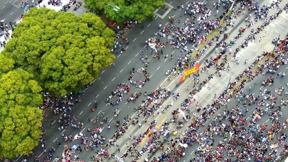 Organizaciones sociales marchan en la Avenida 9 de Julio y amenazan con un acampe.