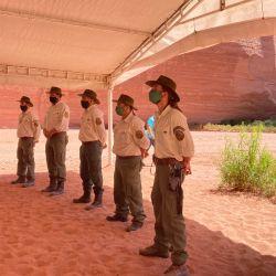 Los guardaparques que tienen a su cargo el cuidado del PN Talampaya hicieron una guardia de honor mientras duró el acto de apertura.