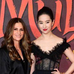 La directora junto a la Mulán de carne y hueso, la actriz china Yifei Liu.