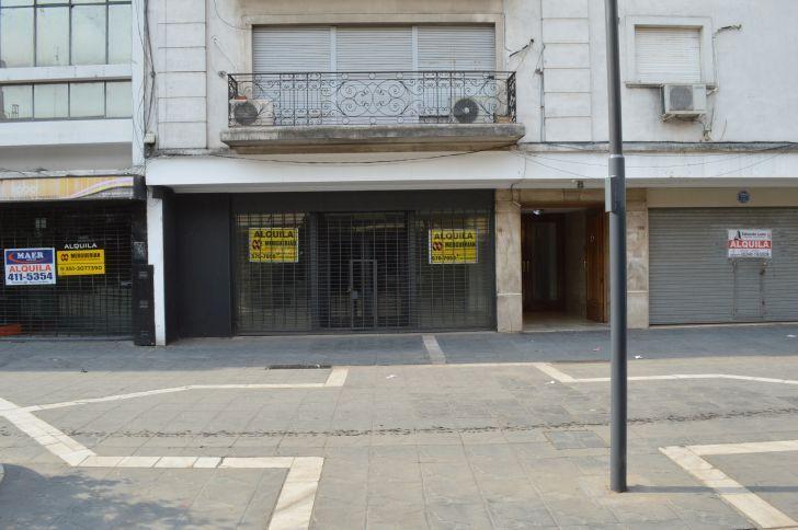 CIERRES EN EL CENTRO. El centro, con sus calles peatonales y galerías, muestra una de las postales más gráficas del cierre de negocios y empresas.