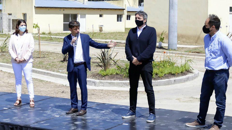 Kicillof y Máximo Kirchner, en el acto de entrega de viviendas en Moreno en que estuvieron en contacto con un contagiado de coronavirus.