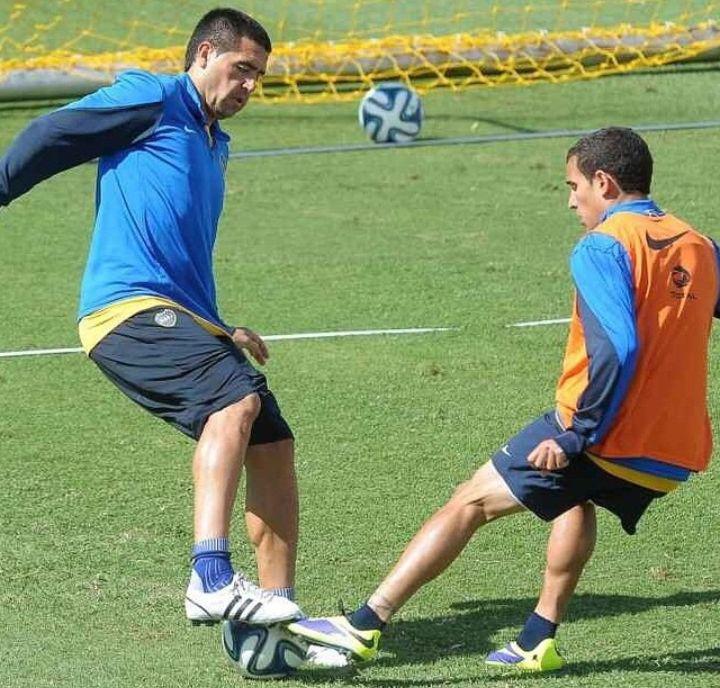 CON ROMÁN. En un entrenamiento de Boca, enfrentando a Riquelme.