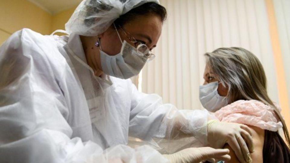 Rusia comenzó la vacunación contra el coronavirus con la Sputnik V.