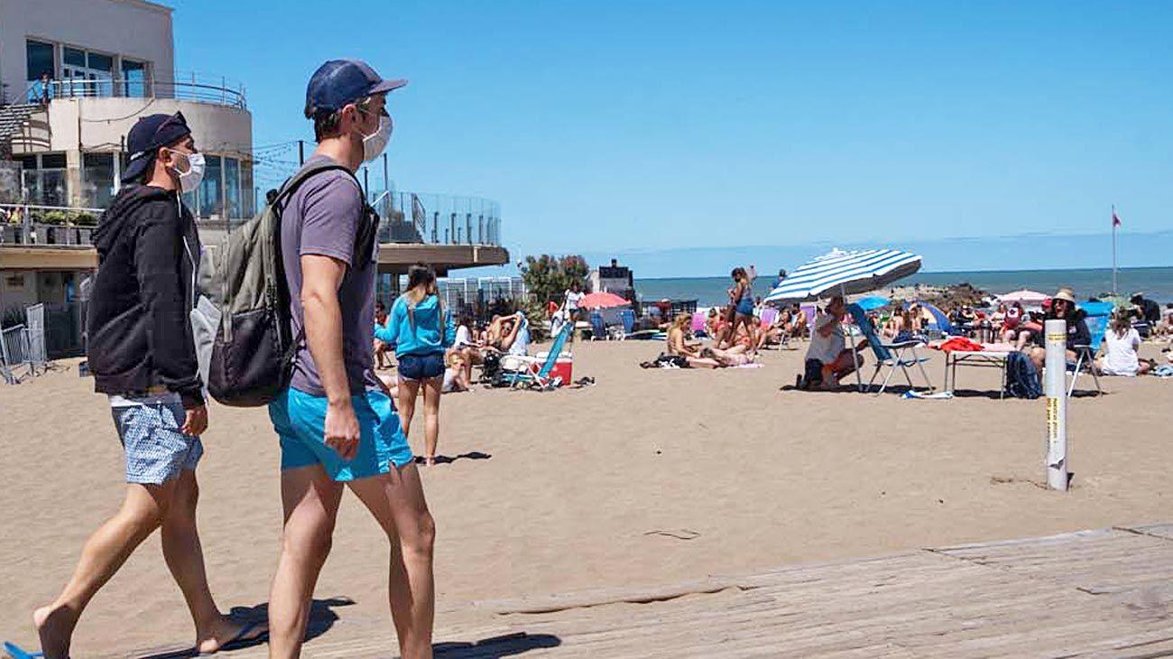 Cuidados. Las ciudades balnearias fijaron protocolos para recibir a los turistas este fin de semana largo.