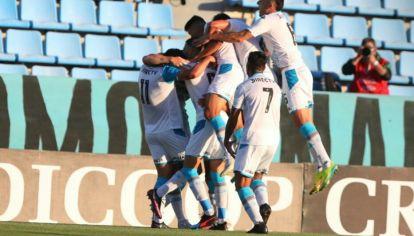 Los sonicos del silencio. Los jugadores de Belgrano celebran en un vacío Gigante de Alberdi.