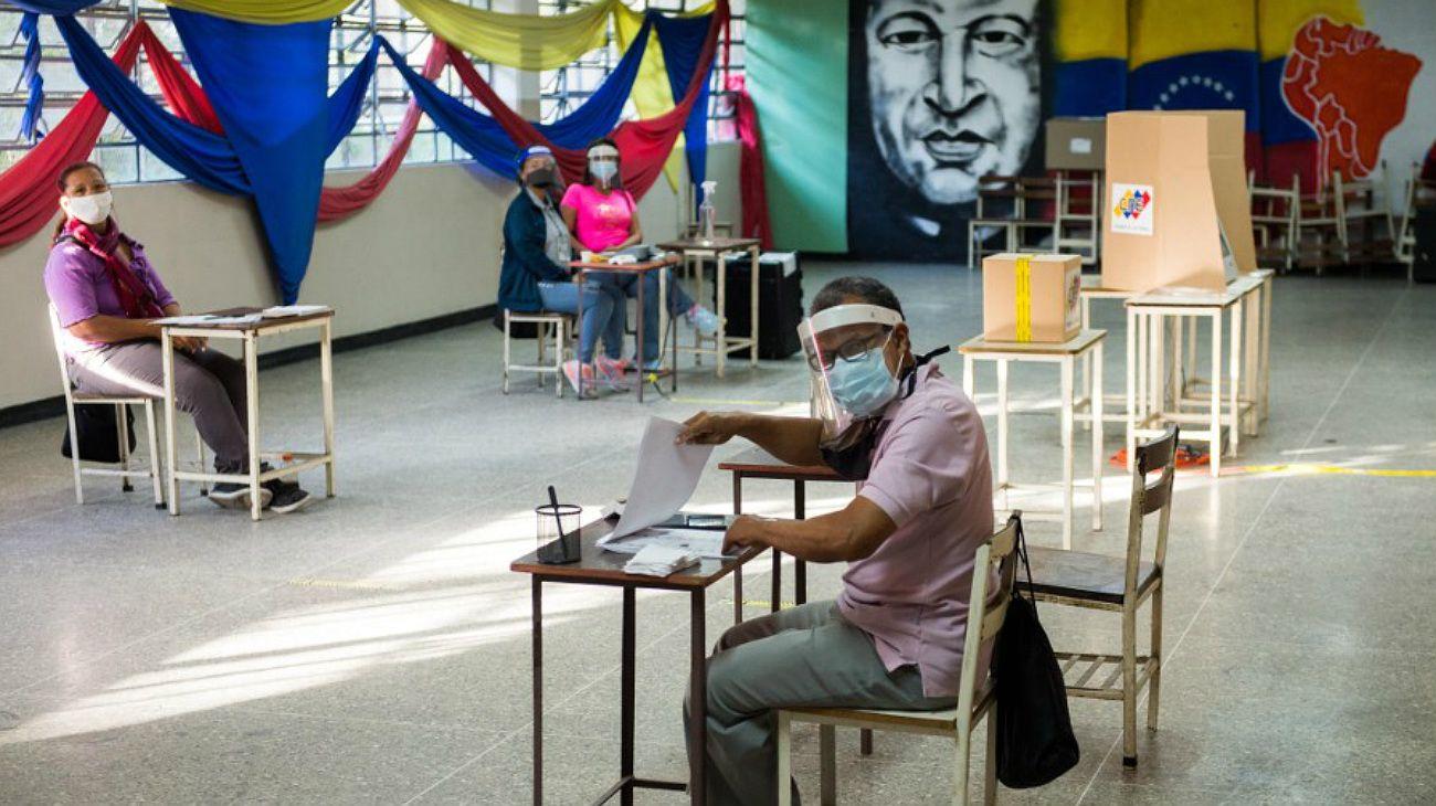 Una escuela de Caracas, este domingo temprano, con los encargados del comicio esperando que asistan votantes.