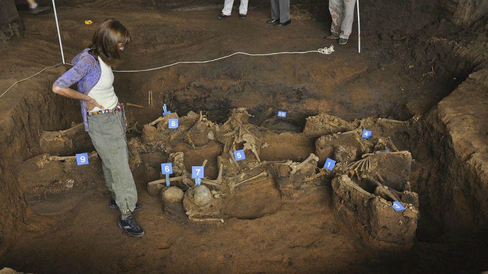 Unos 600 cuerpos hallados en fosas comunes e individuales esperan por ser identificados.