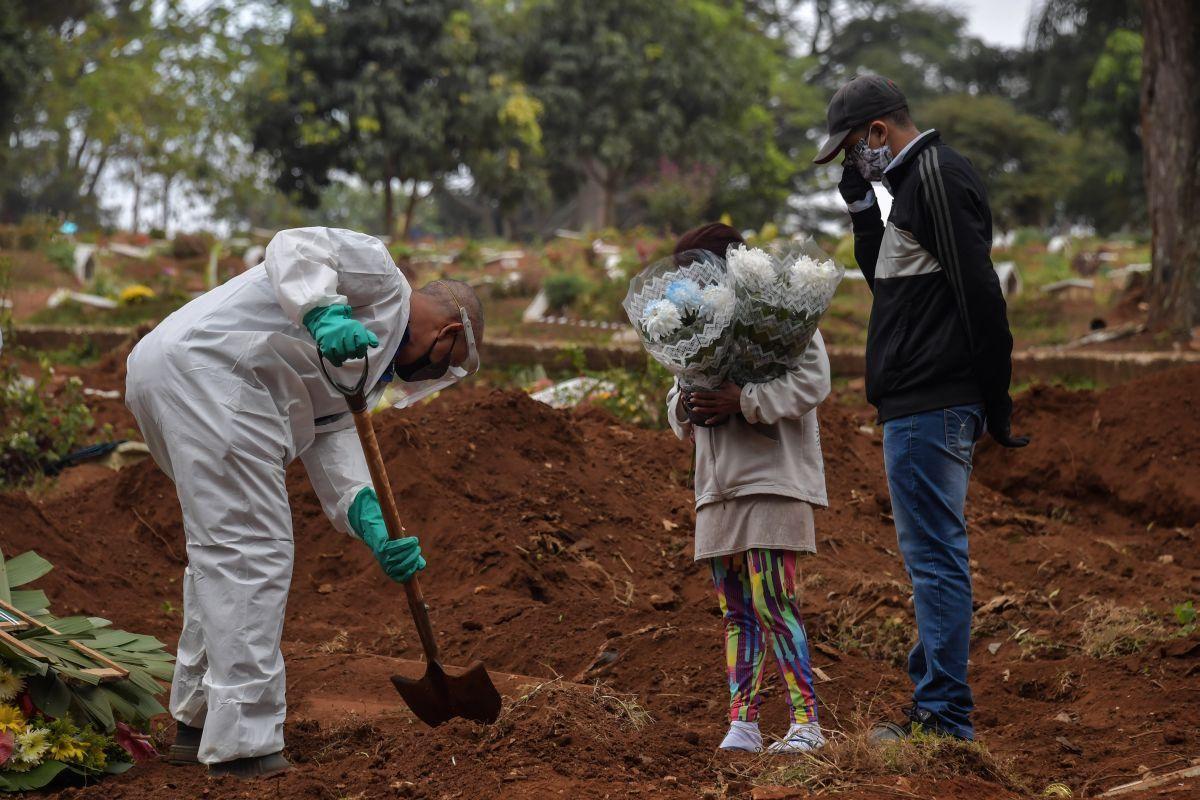 Un entierro en San Pablo. La pandemia se complica en el país.