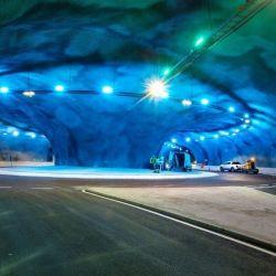 Cuenta contres carreteras submarinas de una longitud de 11,24 kilómetros, la más larga del mundo.