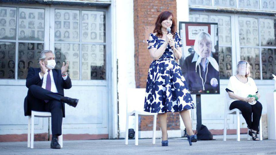 Cristina Kirchner habla, Alberto Fernández aplaude. Una postal del acto por los Derechos Humanos en la ex ESMA.