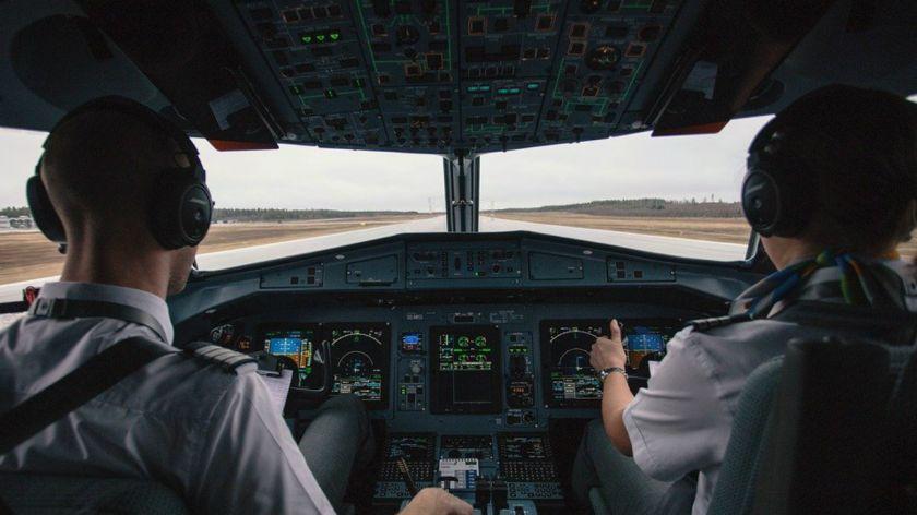 China: tripulantes de cabina tendrán que usar pañales en vuelos de riesgo