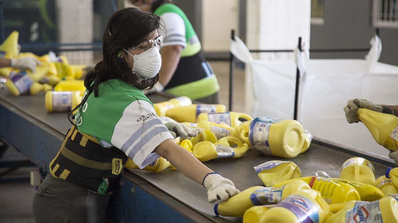 Todo se procesa a través de una cinta y luego el producto se enfarda y se entrega a la Cooperadora del Hospital Municipal Materno Infantil de San Isidro.