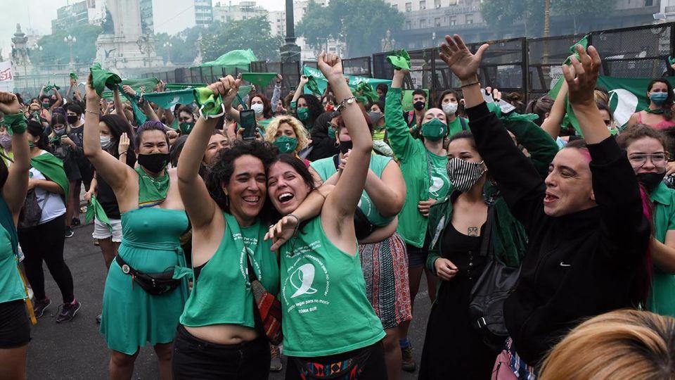 Una multitud de mujeres con pañuelos verdes festejaba esta mañana frente al Congreso Nacional la media sanción del proyecto de ley de Interrupción Voluntaria del Embarazo por la Camara de Diputados.