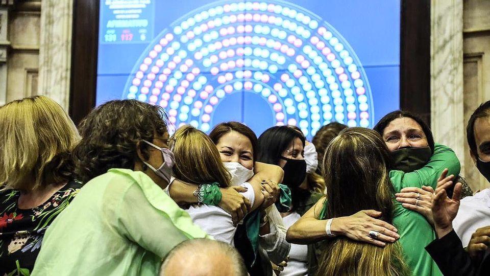 Las diputadas festejan la media sanción de la ley IVE