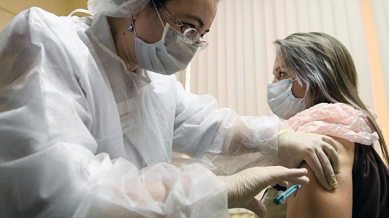 Prevención. En Rusia ya se lanzó la campaña masiva para prevenir nuevos contagios de SARS-CoV-2.