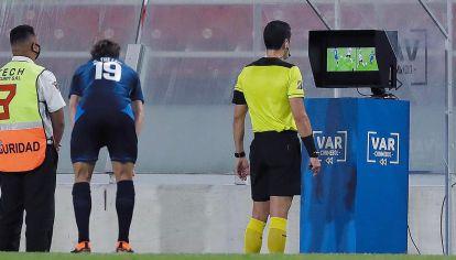 Replay. En el partido por Copa Libertadores que disputaron River y Nacional este jueves, el VAR volvió a ser protagonista, con penales y goles dudosos.