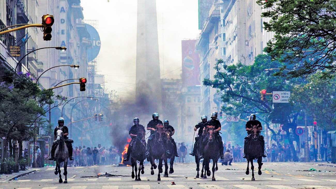 2001. Pese a los diferentes estallidos sociales, con saqueos y represión, la institucionalidad se mantuvo, maltrecha, pero en pie.
