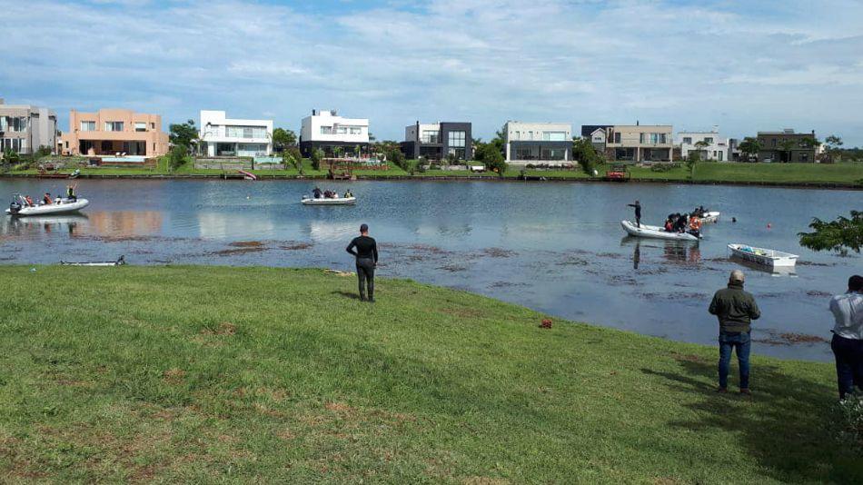 Rastrillajes en la laguna del country Puerpto del Lago, en Escobar. Allí desapareció el joven Guido Orlando.