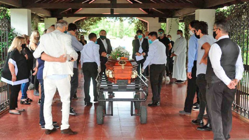 Emoción. Ayer al mediodía, familiares lo despidieron en el cementerio Memorial. Ricardo Darín estuvo también allí.