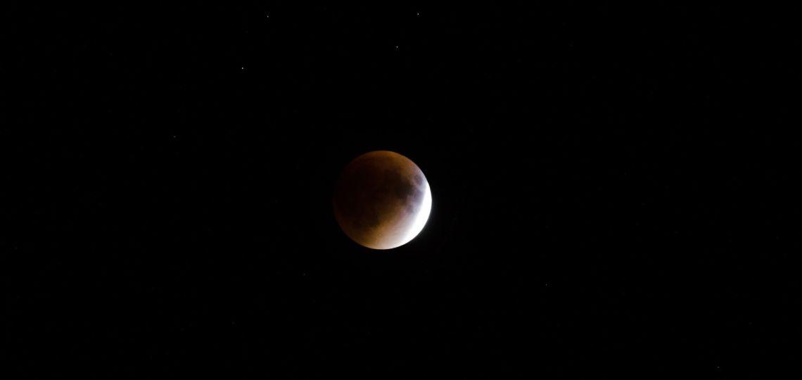 Luna nueva en Sagitario, la del eclipse: así afecta a tu signo el 14 de diciembre