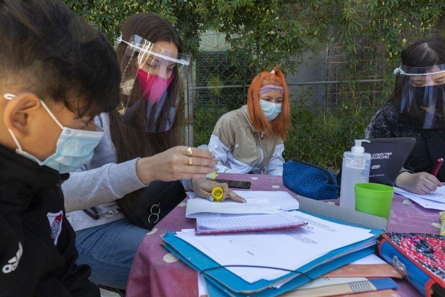 Los chicos y adolescentes tuvieron que inventarse nuevas formas de estudiar juntos.