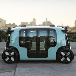 El vehículo, sin volante, está equipado con un software desarrollado para la conducción autónoma.