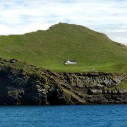La casa en cuestión se encuentra en el medio de la isla Elliðaey.