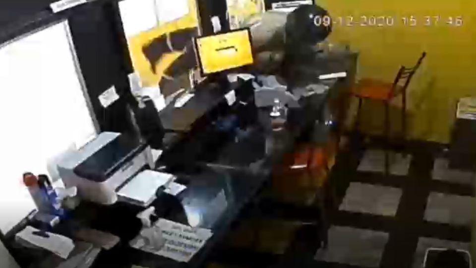 Captura del video que grabó el brutal asalto al local San Juan Servicios.