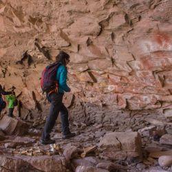 Declarado Monumento Histórico Nacional por su belleza y con una gran cantidad de pinturas rupestres, el Alero Charcamata en la zona noroeste de Santa Cruz.